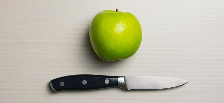 Image d'un couteau avec une pomme verte